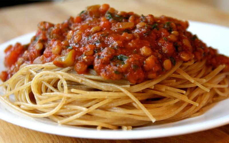 سُس اسپاگتی فاقد گوشت همراه با عدس