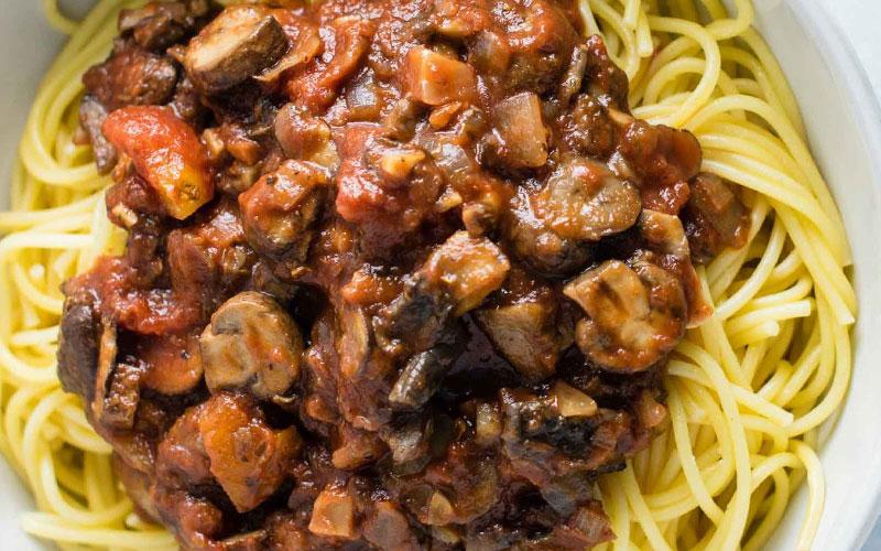 سُس اسپاگتی فاقد گوشت همراه با قارچ